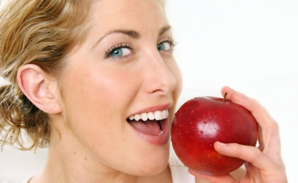 Healthy-Woman-Eating-an-Apple-cropped
