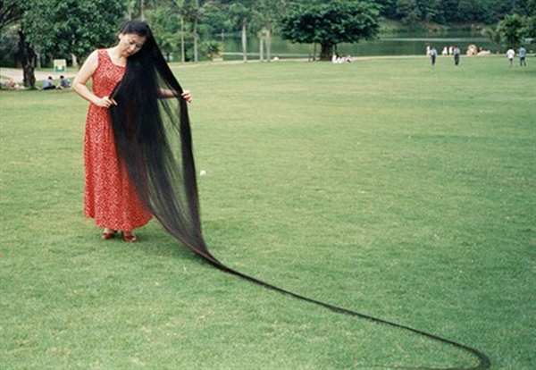 xie-qiuping---longest-hair---guinness-world-records-2_500x345