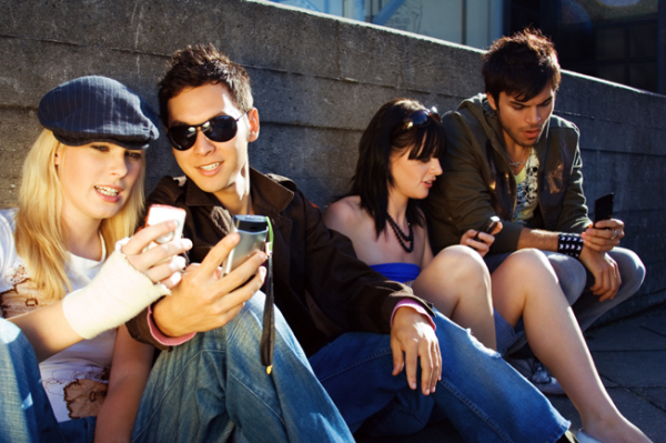 college-kids-cell-phones110913115322